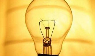 Klasickým 60 W žárovkám odzvonilo, už se jen doprodají zásoby