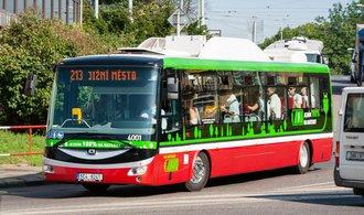 Praha slaví rok provozu elektrobusu, podle DPP se osvědčil