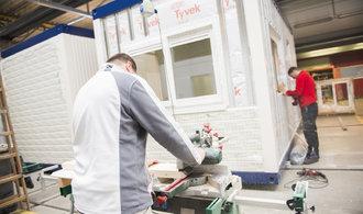 Výrobce modulárních domů KOMA prudce zvýšil zisk. Vydělal na uprchlické krizi