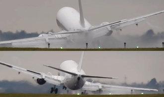 Letadlo při přistání v Praze málem škrtlo křídlem o zem, rozhodil jej poryv větru