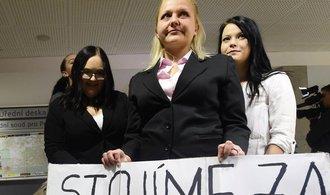 Studentka zdravotnické školy se soudně domáhá omluvy za to, že nemohla nosit hidžáb