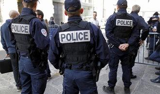 Útočník napadl kladivem policistu v Paříži, ten ho postřelil