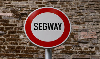 Praha nainstaluje značky zakazující segwaye, první bude na Hradčanech