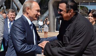 Hrdina amerických akčních filmů Seagal převzal od Putina ruský pas