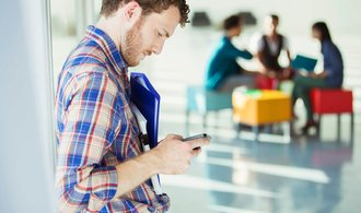 Přibývá mladých lidí s velkým dluhem za telefon