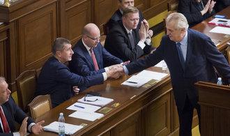 Česko už není úplnou demokracií, od posledních voleb