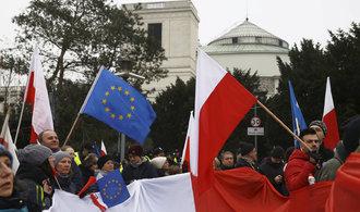 Tisíce lidí protestují v Polsku proti vládě. Opozice se pokouší o puč, prohlásil ministr