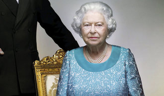 Zadržuje britská královna smích? Na veřejnost se po osmi měsících dostala fotografie, co budí otázky