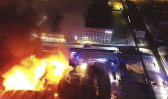 V Kopřivnici hoří bývalý areál Tatry, zasahuje 21 hasičských vozů. Škody se šplhají k desítkám milionů