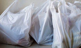 Obchody už nemohou dávat zdarma k nákupu plastové tašky