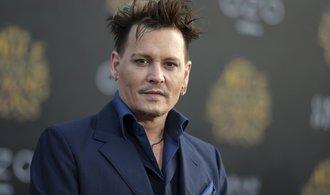 Pirát Johny Depp utrácí měsíčně padesát milionů. Soudí se se svými finančními poradci