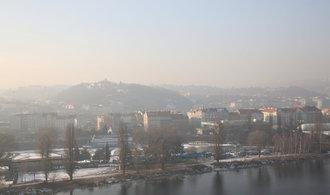 Plán Prahy proti smogu: omezení vjezdu aut a jejich rychlosti, rozšíření MHD