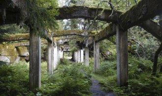 V Krušných horách zůstaly ruiny nacistické továrny. Podívejte se na betonový kolos ztracený v lesích