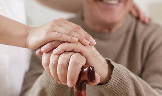 Zeman podepsal rychlejší zvyšování penzí. Příští rok o stovku