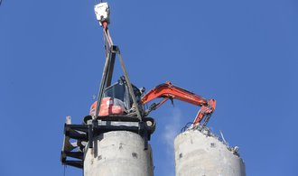 Takhle vypadá jihoměstská demolice: bagr drtí dosloužilý komín, začal odshora