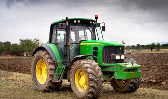 Na výrobce traktorů John Deere dopadá obchodní válka, zhoršil výhled na letošní rok
