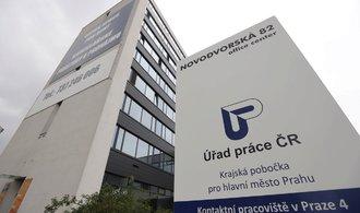Dlouhodobě nezaměstnaných v ČR ubývá, je jich už méně než třetina