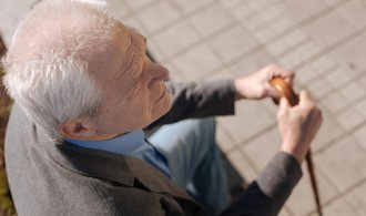 Důchodci si přilepší, průměrná penze totiž stoupne téměř o tisícovku