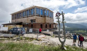 Hrubá stavba krkonošské Petrovy boudy má být hotova ještě letos. Podívejte se, jak práce pokračují