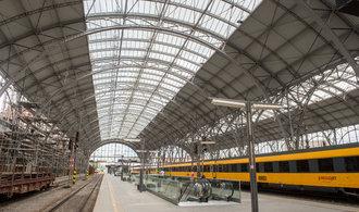 Nová střecha hlavního nádraží v Praze se prodražila o 127 milionů, přesto do haly zatéká