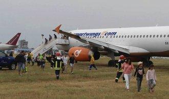 Letadlo Travel Service sjelo po příletu do bulharského Burgasu z dráhy