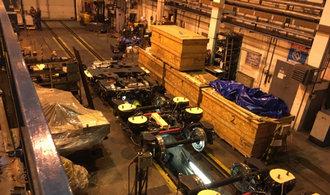 Deset techniků a dvanáct hodin práce. Prohlédněte si, jak se mění podvozek u vlakové soupravy