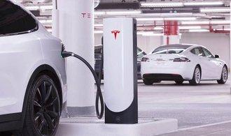 Propad cen baterií byl letos rychlejší než očekávaly prognózy. Pomáhá růst výrobních kapacit, míní Bloomberg