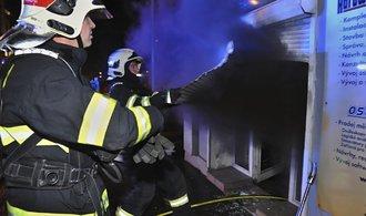 V pražské Vinoři hoří hala, hasiči uzavřeli  Mladoboleslavskou ulici