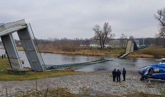 V pražské Troji se do Vltavy zřítila lávka pro pěší, na místě jsou vážně zranění