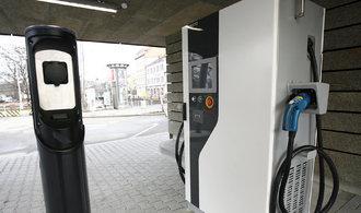Praha má dobíječku elektroaut s vlastními bateriemi, ochrání lidi v protějších domech