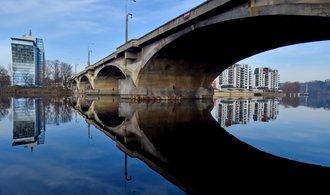 Automobily i tramvaje se vrací na Libeňský most. Není jasné, jestli se bude bourat, nebo rekonstruovat