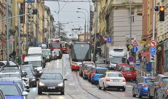 Praha dopravu nezvládá, Dolínek by měl rezignovat, říká opoziční člen výboru