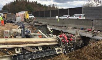 OBRAZEM: Jak se bortí dálniční most. Za Hvězdonicemi najde využití i sedmitunová gilotina