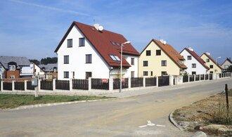 Hodnota staveb se stavebním povolením meziročně klesla o třetinu, počet dokončených bytů vzrostl