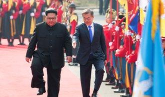 Historický korejský summit zahájily úsměvy a dlouhé podání ruky
