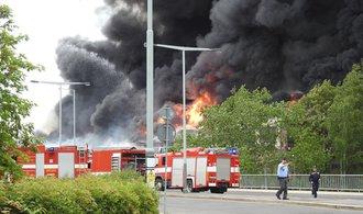 OBRAZEM: V pražské Hostivaři propukl mohutný požár, hasiči vyhlásili nejvyšší stupeň poplachu