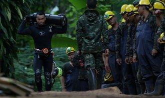 Riskantní operace začíná: Thajci zachraňují zatopené. Doprovodí je vždy dva potápěči