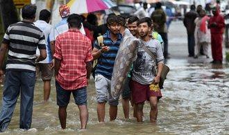 Indie se vzpamatovává z povodní, přírodní katastrofu nepřežilo přes čtyři sta lidí