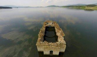Potápění v kostele. Dobrodruzi objevují krásu, kterou zničili bulharští komunisté