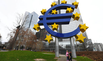 ECB ruší limit pro nákup dluhopisů, může tisknout víc peněz
