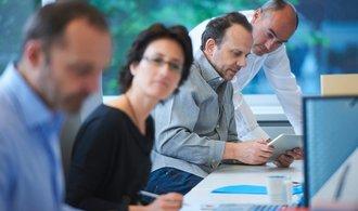 Přetahování lidí způsobuje firmám nečekané potíže, přicházejí o zkušené zaměstnance
