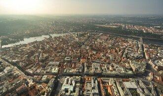 Hradební korzo chtěl už Karel IV. Zanedbané území v centru Prahy se změní nejdřív za rok