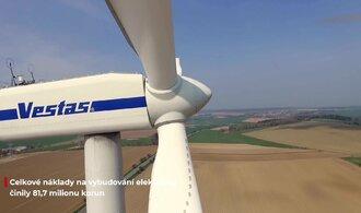 Dron E15 nad větrnou elektrárnou. Podívejte, jak se točí vrtule