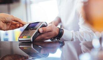 Počet platebních karet v Česku stoupl o 430 000 na 12,24 milionu