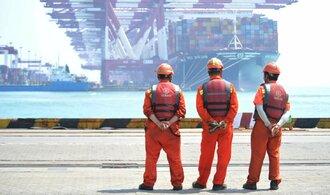 Čínský export roste. Obchodníci spěchají, aby se vyhnuli Trumpovým novým clům