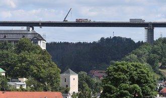 Nejvyšší dálniční most v Česku je z poloviny uzavřený. Dělníky během rekonstrukce trápí vedro