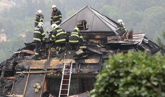 Krejčířova vila v plamenech. Hasiči ji uhasili po devíti hodinách, prohlédněte si rozsah škod