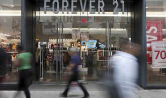 Předlužený módní řetězec Forever 21 požádal o ochranu před věřiteli. Stahuje se z Evropy i Asie