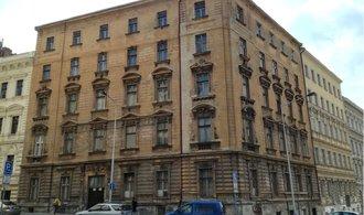 Proslulou černou stavbu v Praze drží Raiffeisen, už v ní prodává byty