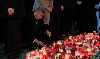 Babiš položil květinu a zapálil svíčku na Národní třídě. Na místě ho čekali pískající protestující